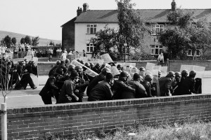 Riot police patrolling a Yorkshire pit village (© Peter Arkell)