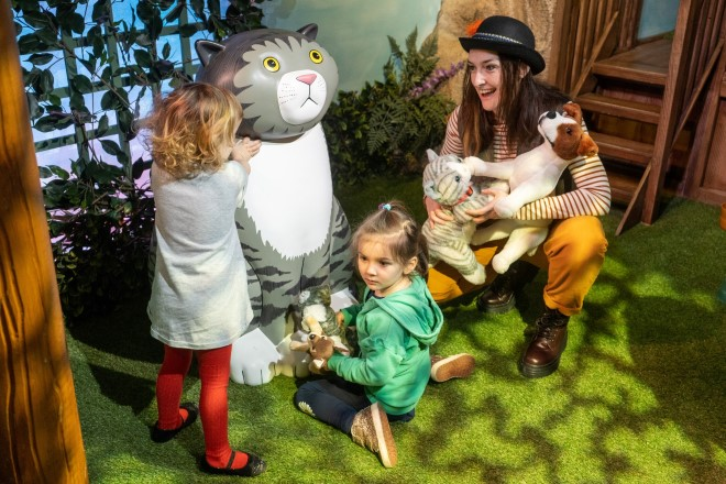 The Tiger Who Came to Tea and the adventures of Mog the Forgetful Cat. Lizzie Henshaw. Z-arts